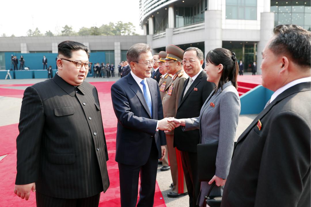 2018年4月27日,南北韓首腦在邊境會晤,文在寅與金與正握手。 攝:Getty Images