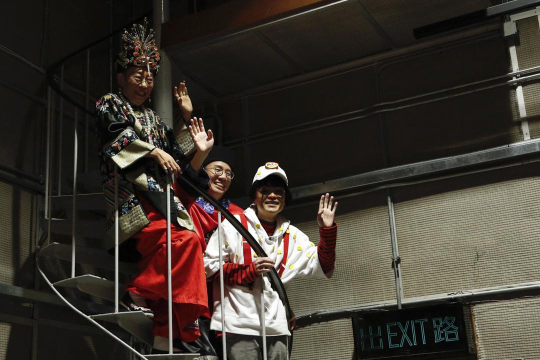 《頭條新聞》三名主持吳志森、曾志豪及羅啟新站上錄影廠的旋轉樓梯揮手道別。