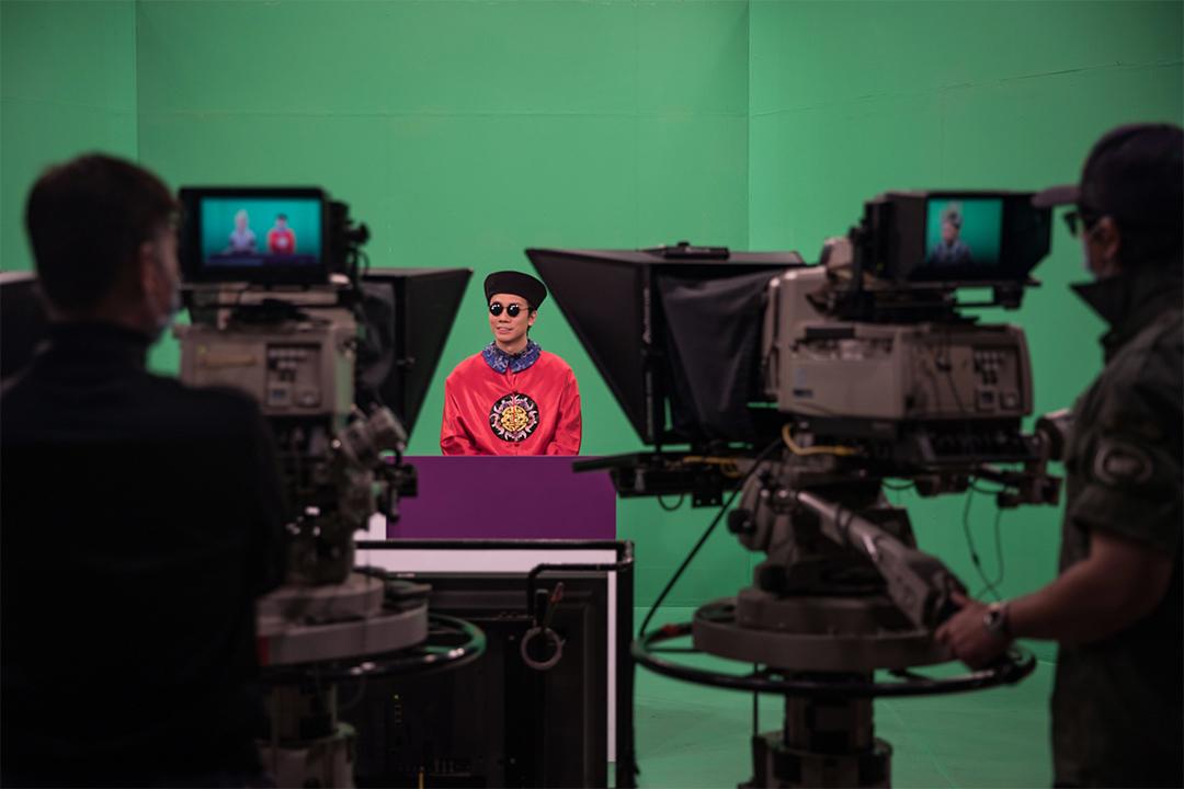 扮演小豪子的曾志豪在錄影廠內拍攝。