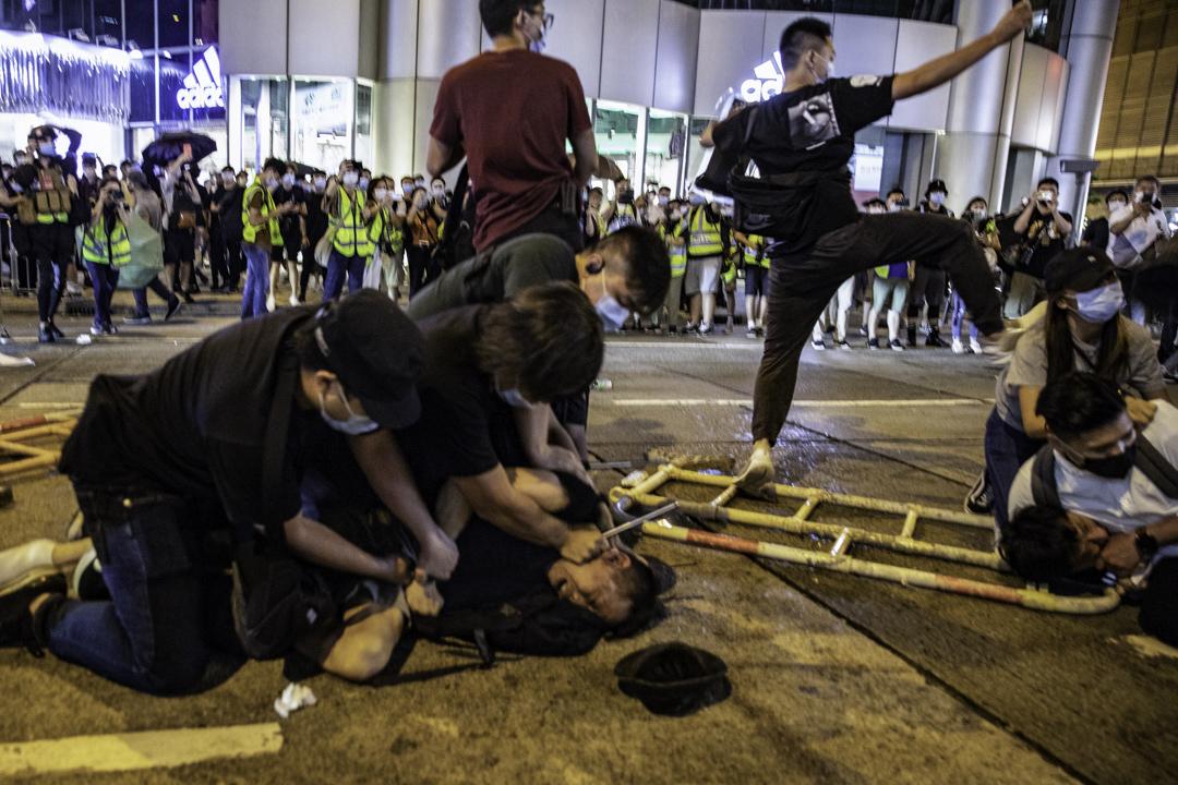 2020年6月4日旺角,便衣警員制服堵路的示威者。