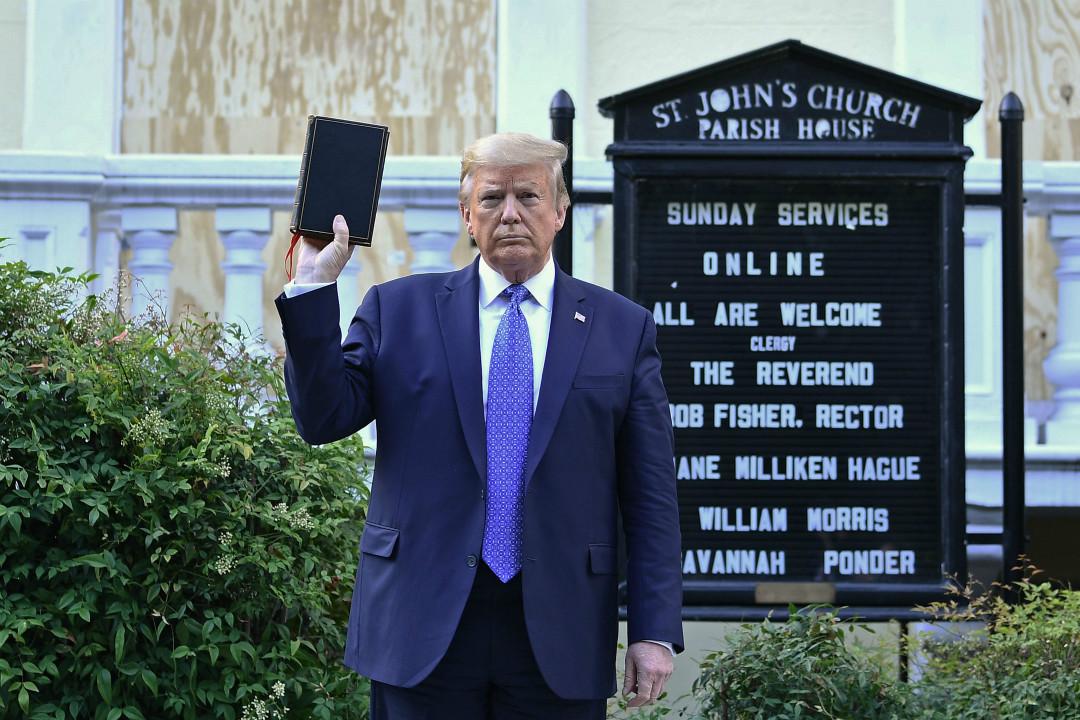 2020年6月1日,美國華盛頓特區,特朗普在聖約翰教堂外手舉聖經。 攝:Brendan Smialowski/Getty Images