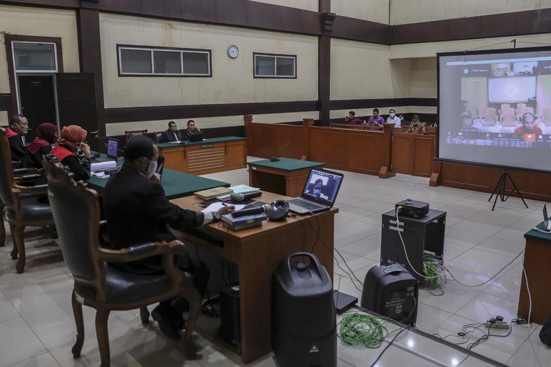 2020年4月1日,印尼雅加達東法庭,法官通過視頻進行一名被告的聽證會。