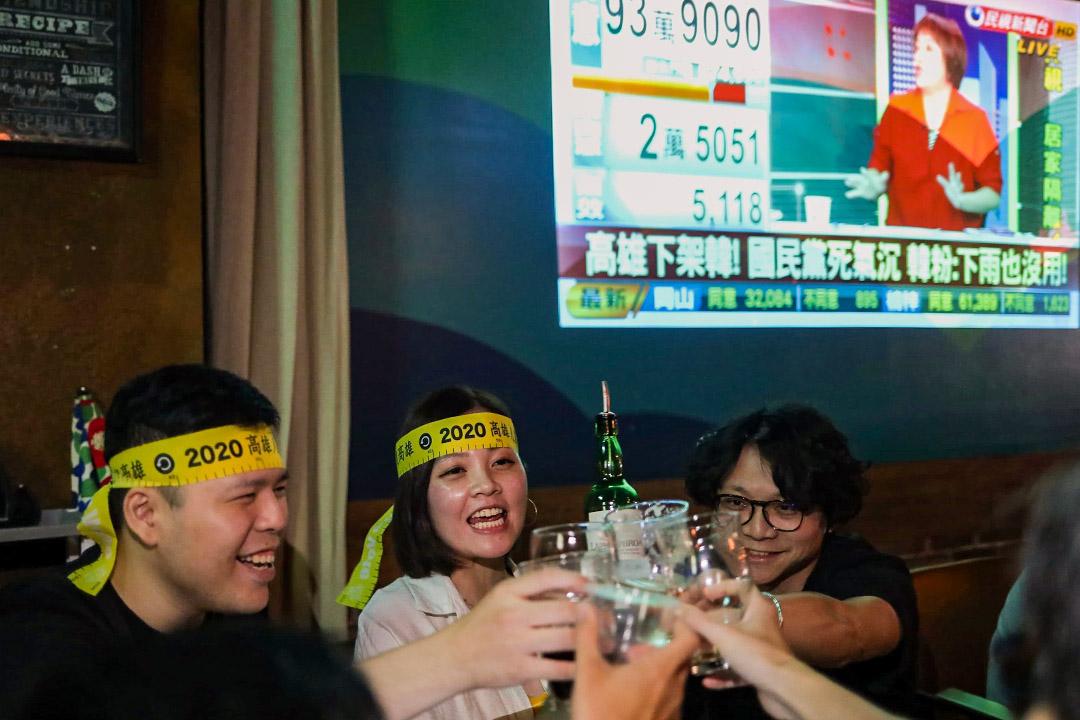 2020年6月6日台北,市民在酒吧慶祝罷韓成功。