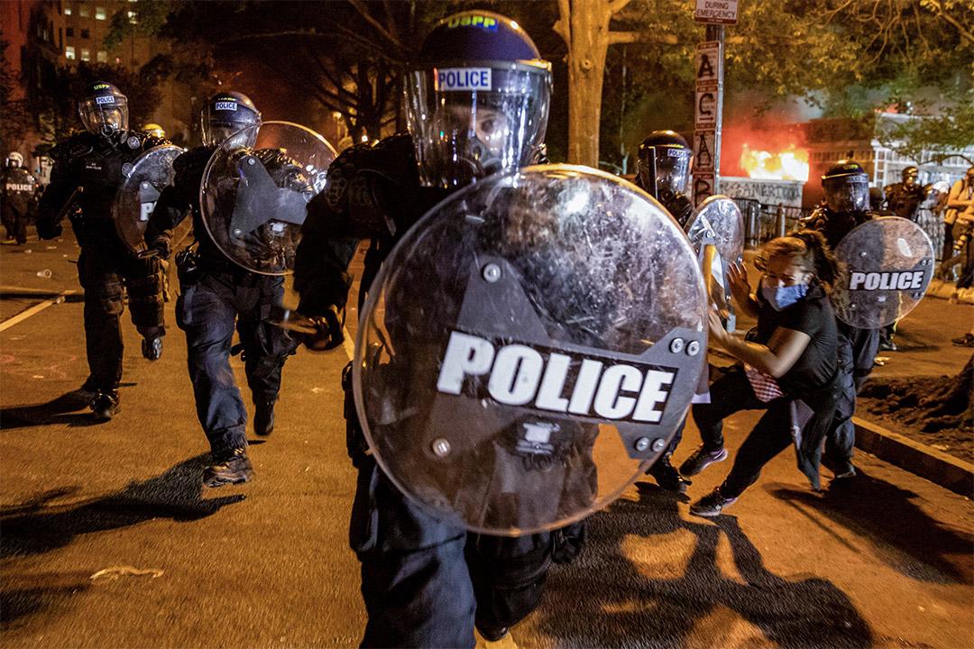 2020年5月31日華盛頓,一名警察衝向示威者,示威者抗議喬治·弗洛伊德(George Floyd)在明尼阿波利斯因警暴而死。 攝:Samuel Corum/AFP via Getty Images