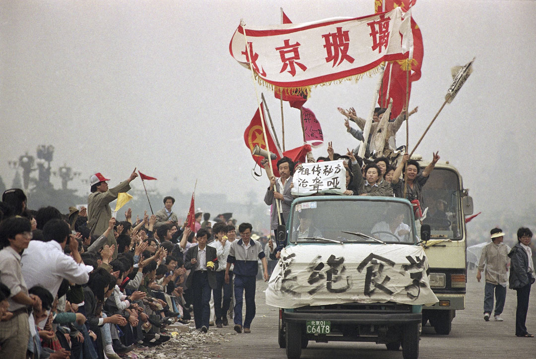 1989年5月18日,示威者在到達天安門廣場時受到旁觀者的歡呼。