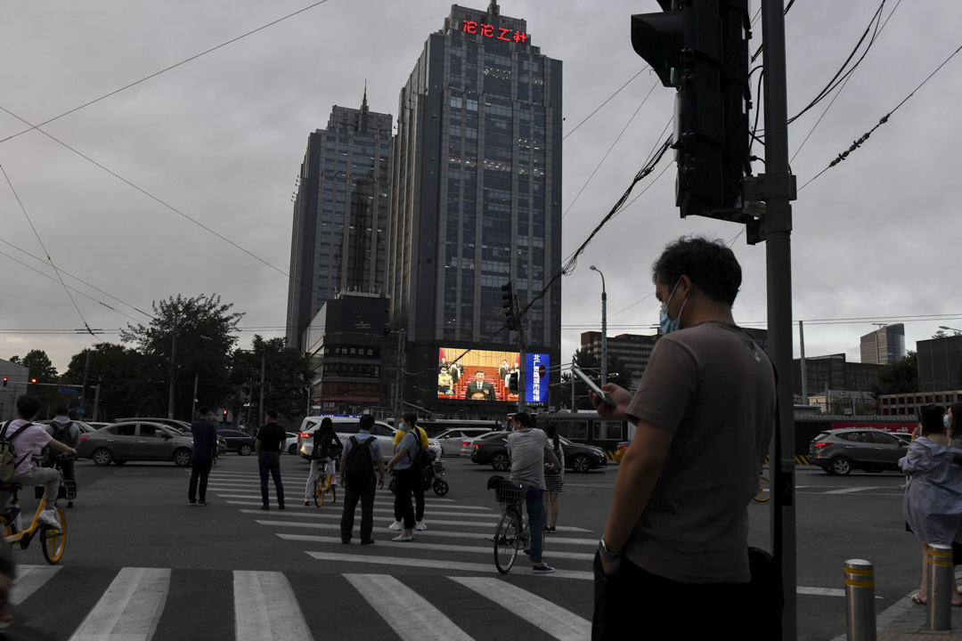 2020年5月28日,北京十字路口的巨型屏幕上播放著國家主席習近平在全國人大閉幕會議上。