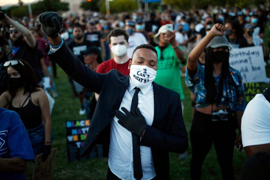 2020年6月5日,美國拉斯維加斯的示威者舉起拳頭,抗議警察殺害弗洛伊德。