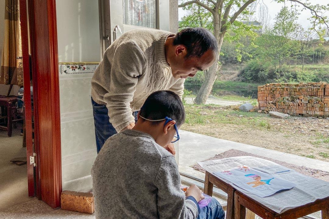 鄢小文與宏偉在鄢家村的家中。