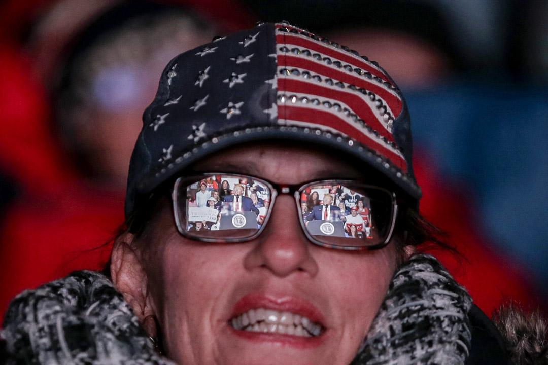 2020年1月28日,美國新澤西州的一次集會上,一副女士眼鏡反映著特朗普總統的講話。 攝:Seth Wenig/AP/達志影像