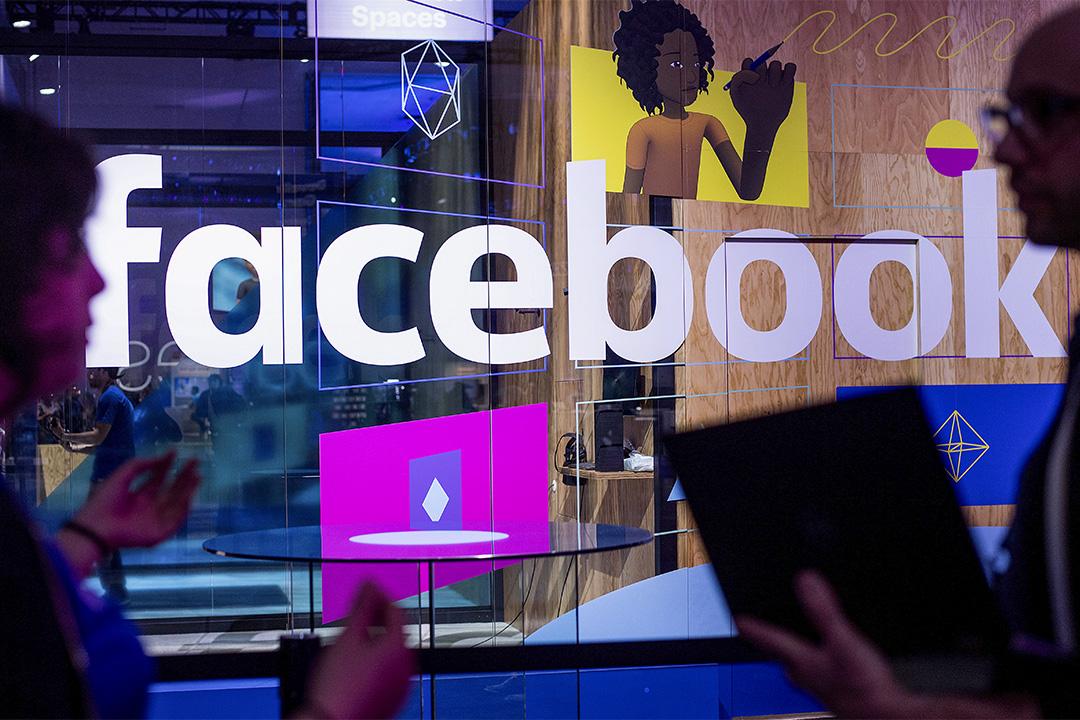 2017年4月18日加利福尼亞州聖何塞, 會議工作人員在Facebook年度開發者大會的攤位前講話。 攝:Noah Berger/AP/達志影像