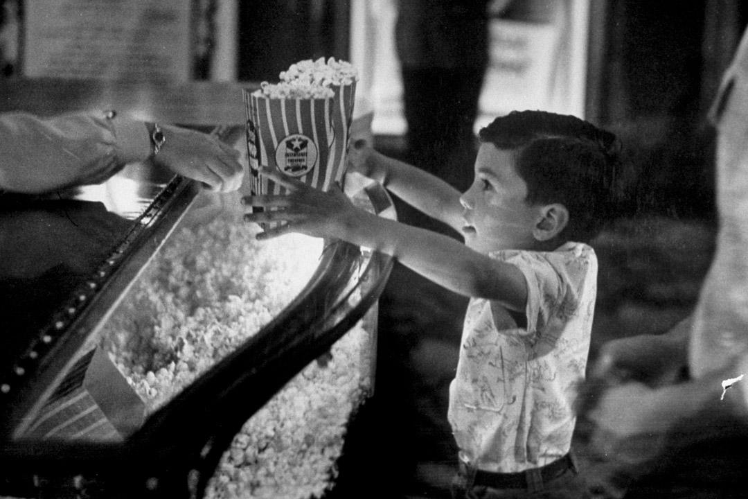 1949年4月1日,一個男孩在電影院小賣部買爆米花。