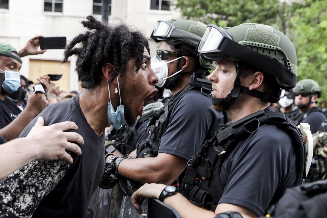 2020年6月3日,華盛頓一個和平抗議警暴的請願中,示威者向警員高聲喊叫。 攝:Alex Wong/Getty Images