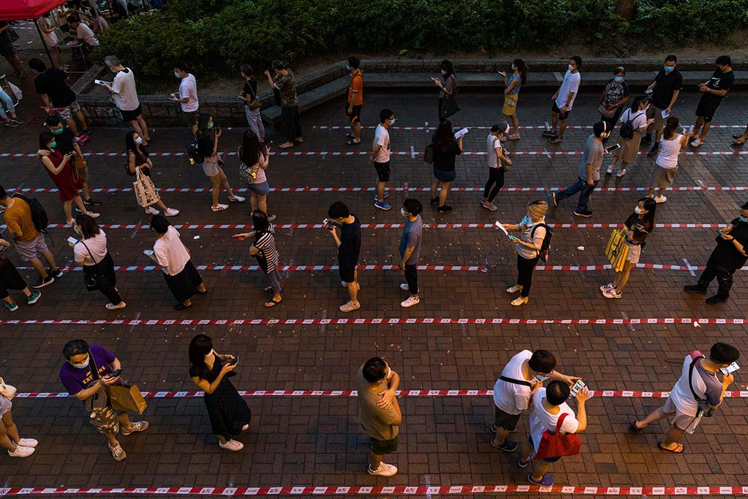 2020年7月12日,市民在大埔的票站排隊,趕在民主派35+公民投票結束前投票。