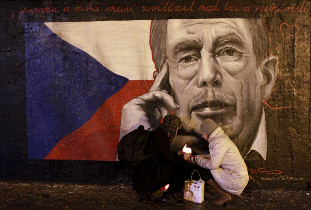 2011年12月21日,捷克首都布拉格有紀念哈維爾去世的市民。