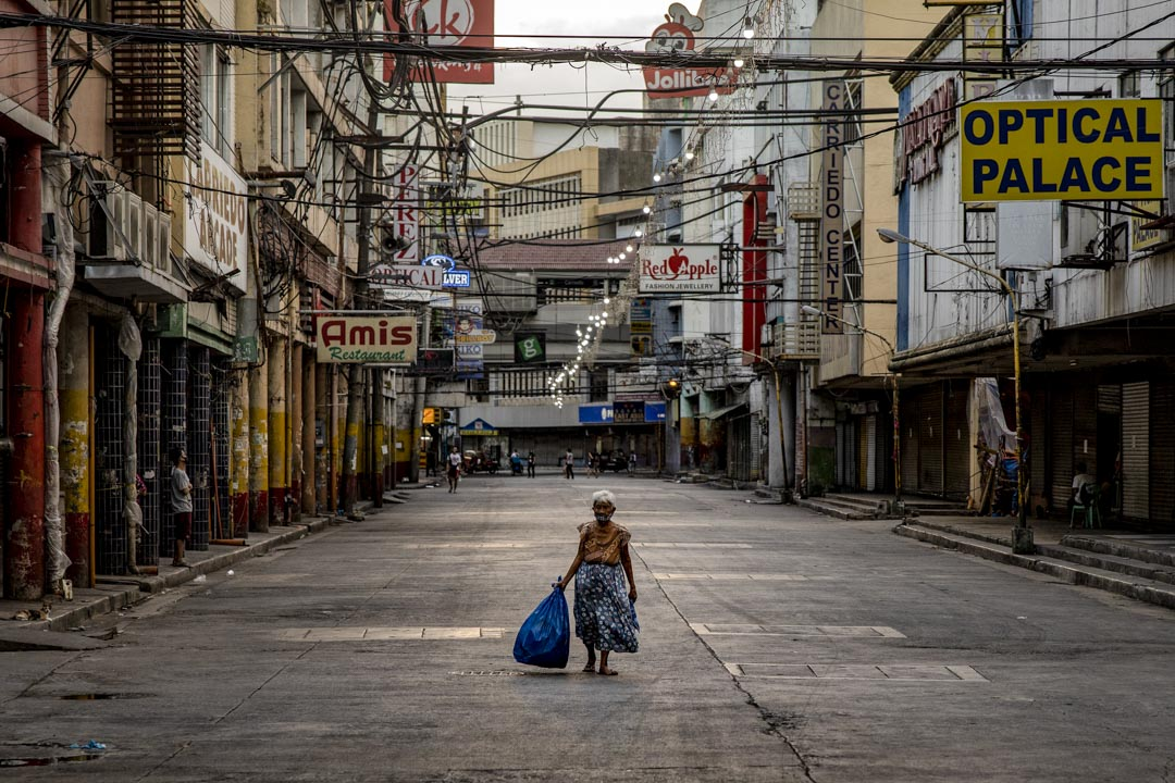 2020年3月30日,一名婦女在菲律賓馬尼拉一個空曠的購物區行走。 攝:Ezra Acayan/Getty Images