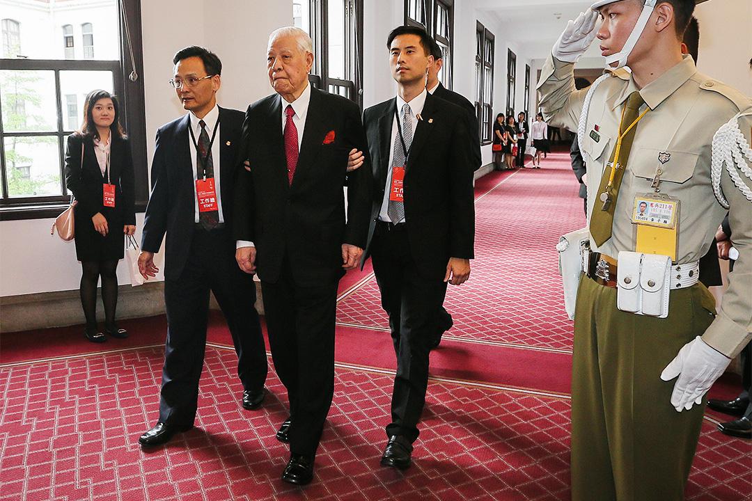 2016年5月20日台北,前總統李登輝在陪同下在台北總統府出席台灣總統蔡英文的就職典禮。