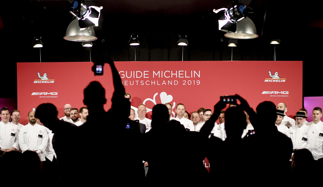 2019年2月29日,德國的米其林發布會上,主持介紹入圍德國《米其林指南2019》的廚師。