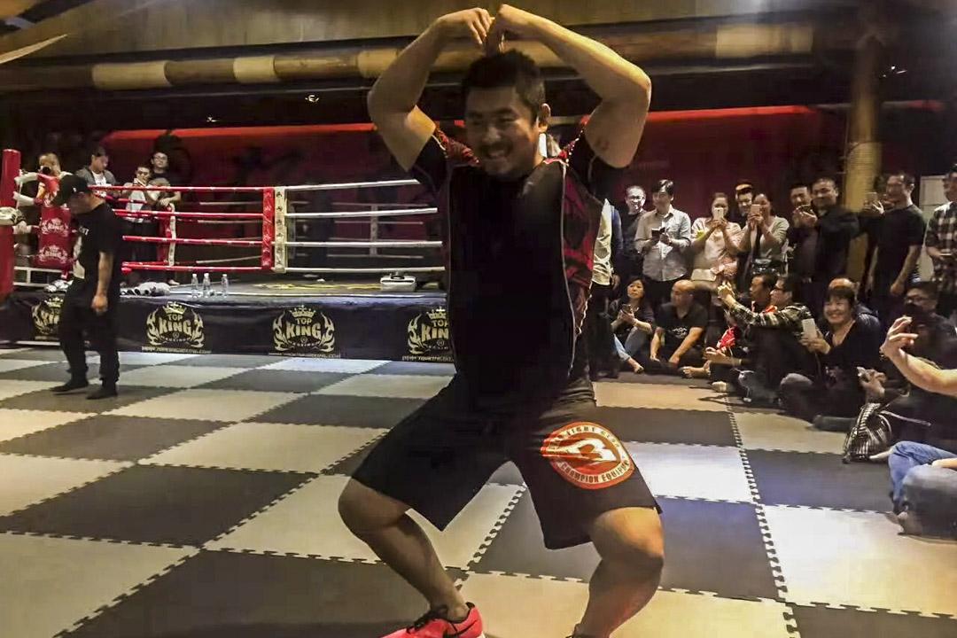 打MMA(綜合格鬥)出身的「格鬥狂人」徐曉冬。
