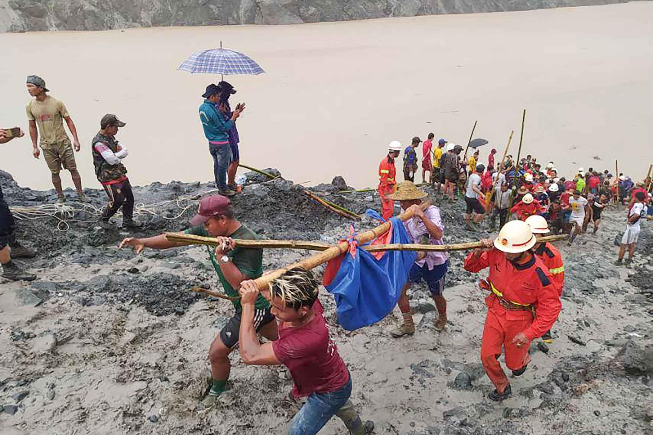 2020年7月2日緬甸,救援人員在緬甸北部克欽邦帕敢地區的一個玉礦場帶回一名遇難者的屍體。