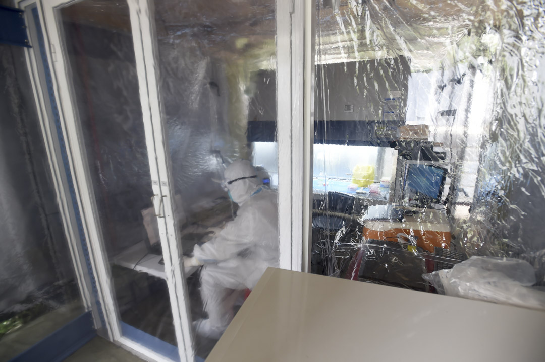 2020年4月2日,武漢一個流動實驗室中,有一支研發2019冠狀病毒疫苗團隊的研究人員。
