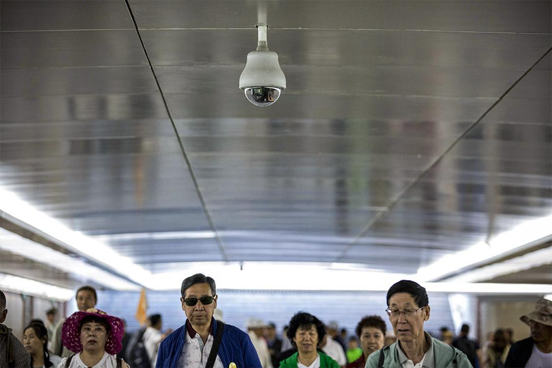 2019年5月31日,行人在中國天安門廣場地下通道內的監控攝像機下行走。