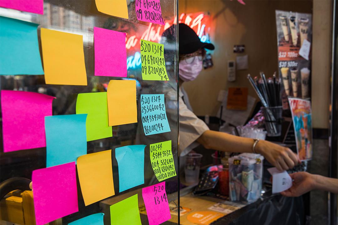 荃灣一間台式飲料「黃店」茶匠門外的連儂牆。