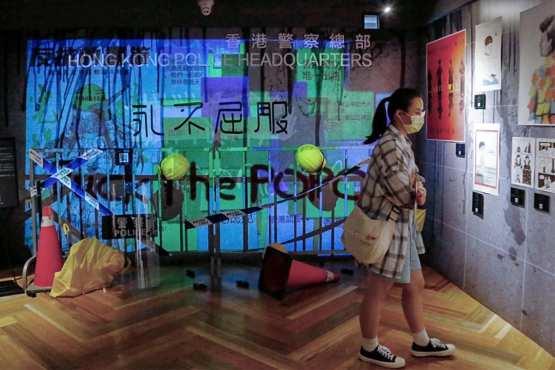 2020年7月1日台北,人們在漫畫基地觀看了一場關於香港民主活動的藝術品展覽。