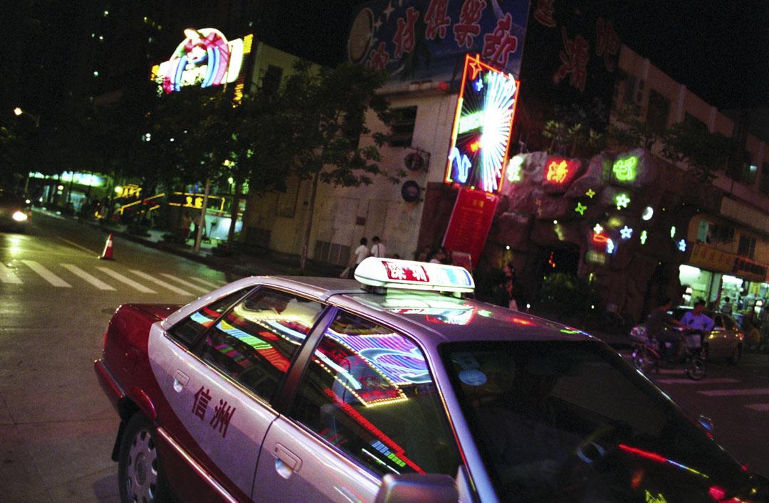 深圳一架的士在路上行駛。
