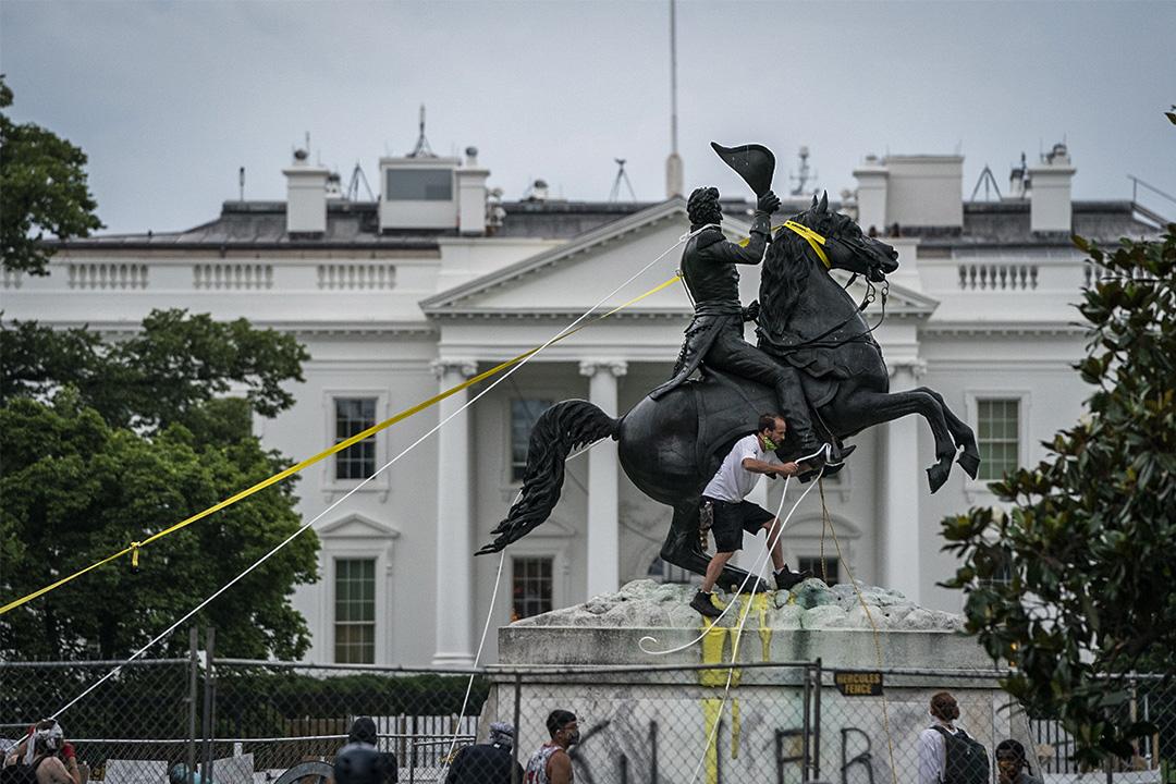 2020年6月22日華盛頓,示威者試圖於白宮附近的拉斐特廣場拉下安德魯傑克遜的雕像。