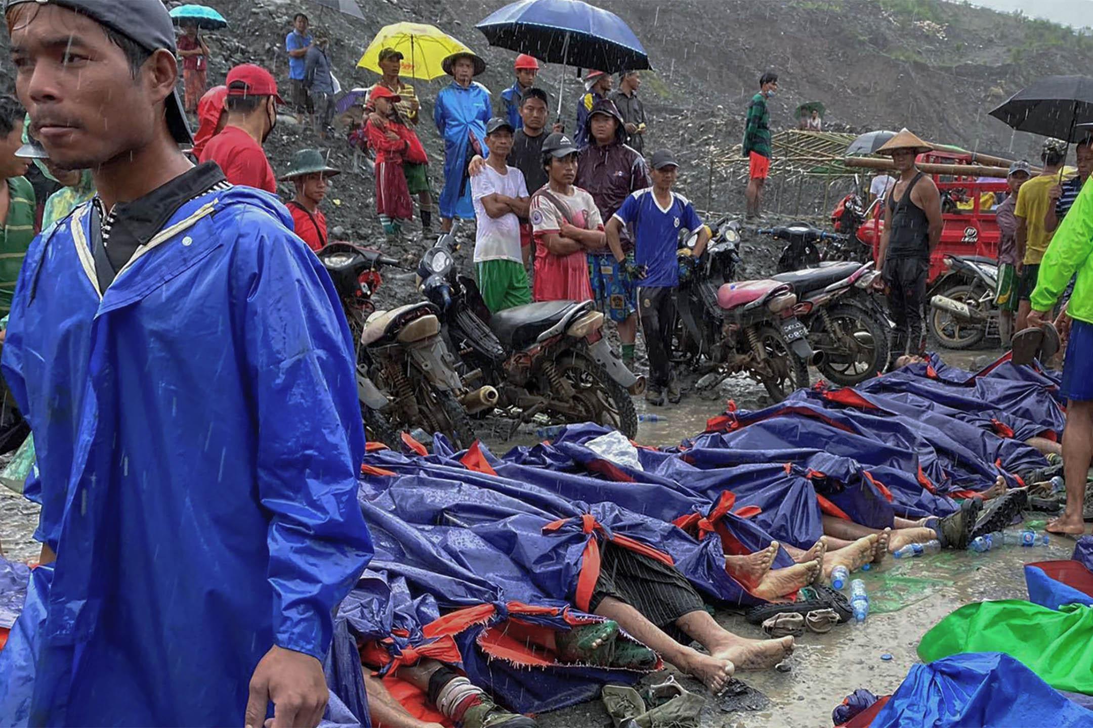 2020年7月2日緬甸,人們聚集在緬甸北部克欽邦帕敢地區一個玉礦場的受害者屍體旁。 攝:Myanmar Fire Service Department via AP/達志影像