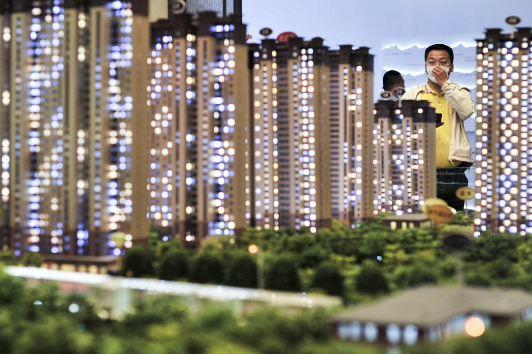 2020年6月9日,山西省太原市的一名戴著口罩的男子正參觀房地產銷售點。