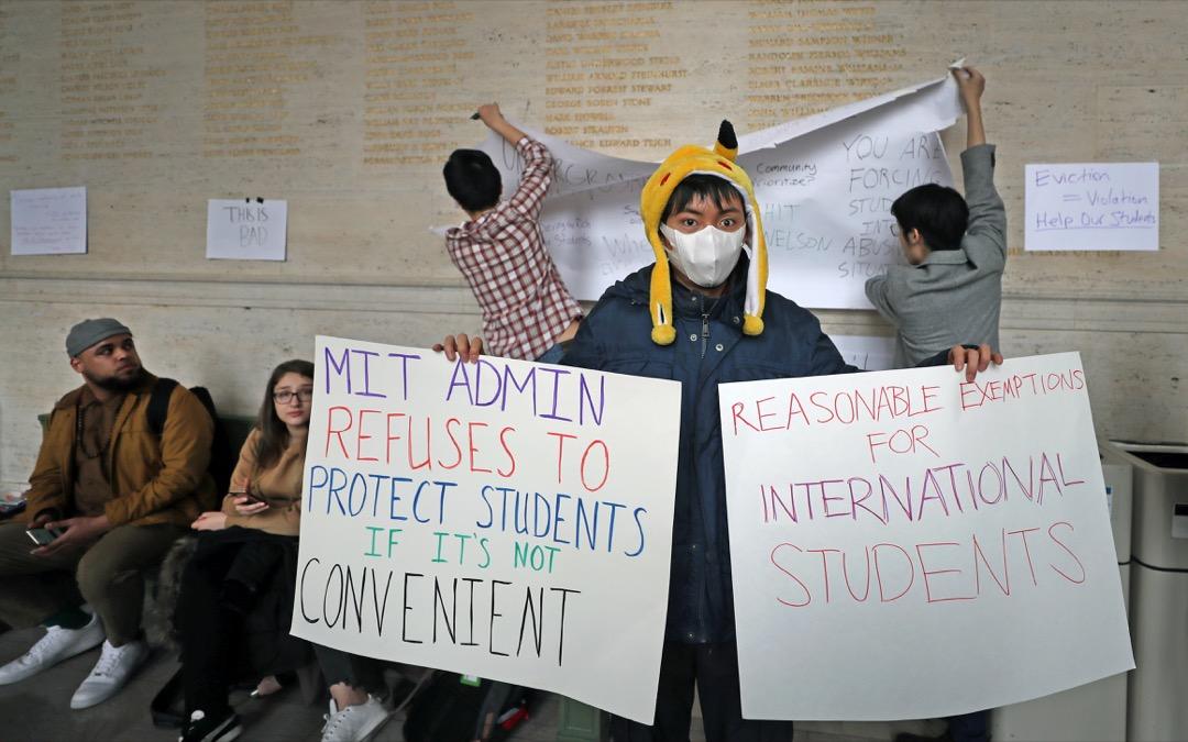 2020年3月12日,美國麻省理工大學,有國際學生在校園內示威,抗議大學逼遷國際學生的政策。