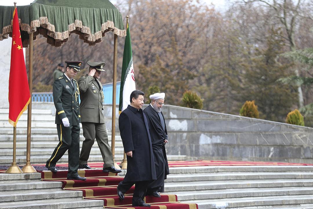 2016年1月23日在伊朗首都德黑蘭,總統魯哈尼(Hassan Rouhani)為來訪的中國國家主席習近平舉行歡迎儀式。 圖片來源:Iranian Presidency / Anadolu Agency / Getty Images
