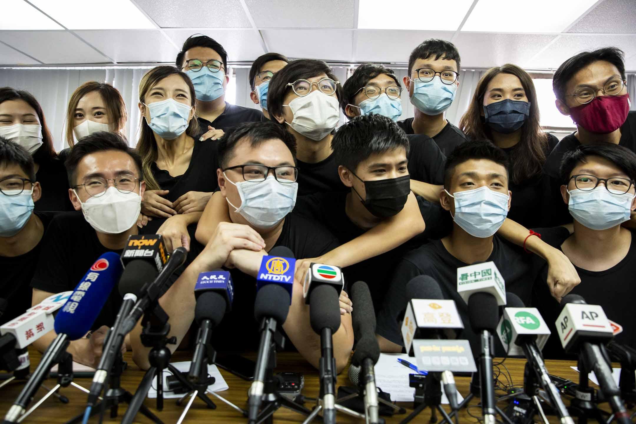 2020年7月15日,岑敖暉與15名抗爭派初選勝出的民主派參選人士舉行記者會。 攝:林振東/端傳媒