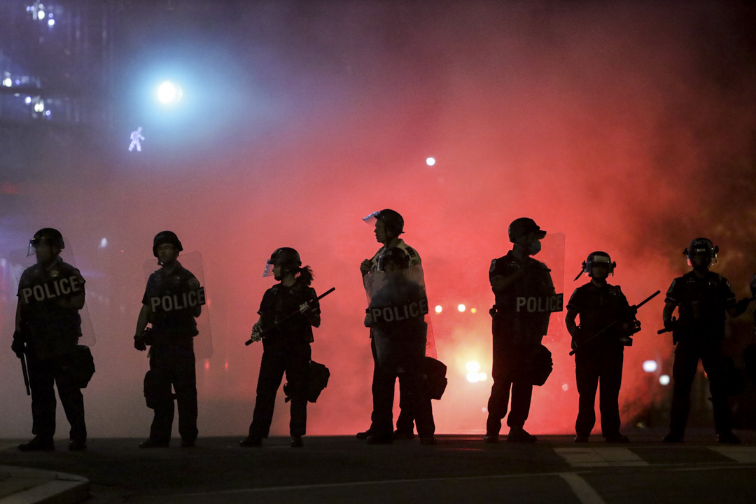 2020年5月31日,華盛頓的警察與示威者對峙。