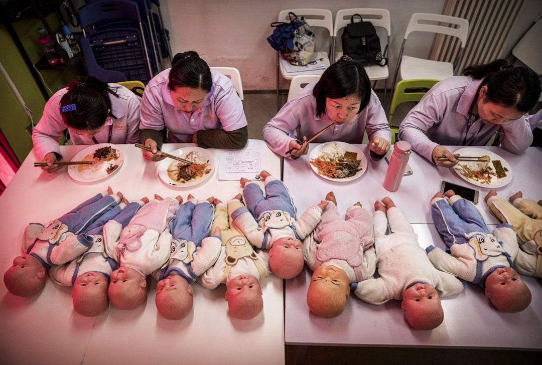 2016年10月28日,北京接受過培訓的保姆與塑料嬰兒一起吃午餐。