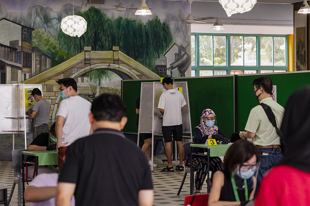 2020年7月10日新加坡,選民在學校的投票站內填寫選票。