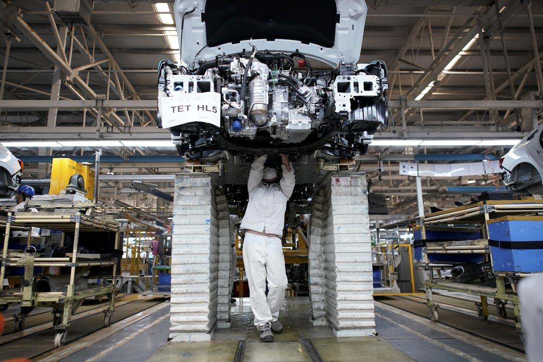 2020年4月8日,武漢東風本田汽車工廠內,一名員工在生產線上工作。