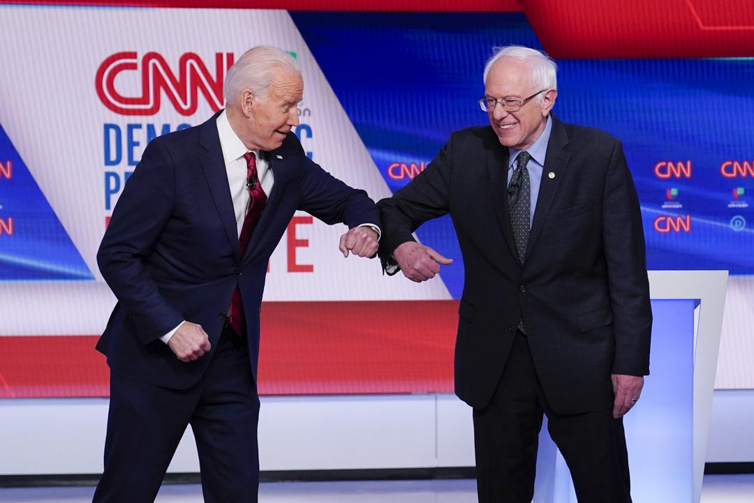 2020年3月15日,華盛頓CNN工作室舉行的民主黨總統初選辯論。拜登與桑德斯相互打招呼。