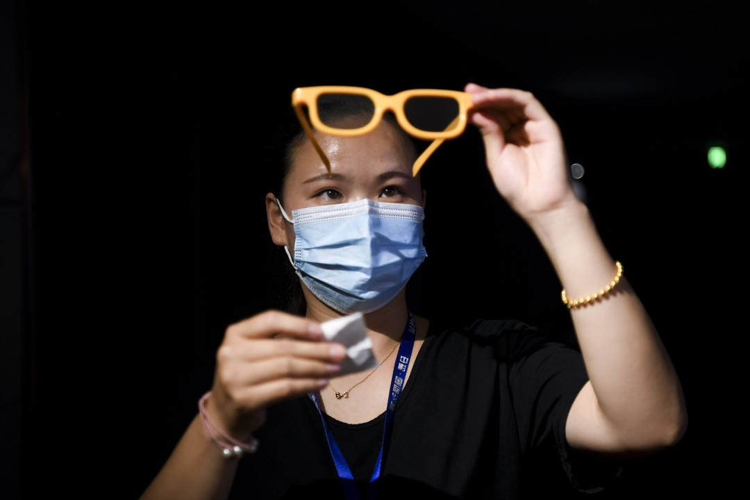 2020年7月19日,湖南長沙市一間電影院準備重新開放,工作人員正在消毒一副3D眼鏡。