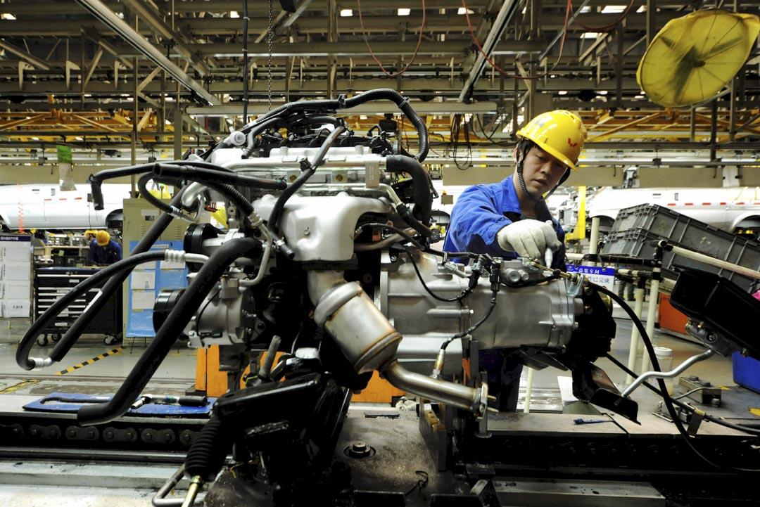 2016年3月1日,山東省青島市的一家汽車工廠,工人在裝配線上工作。