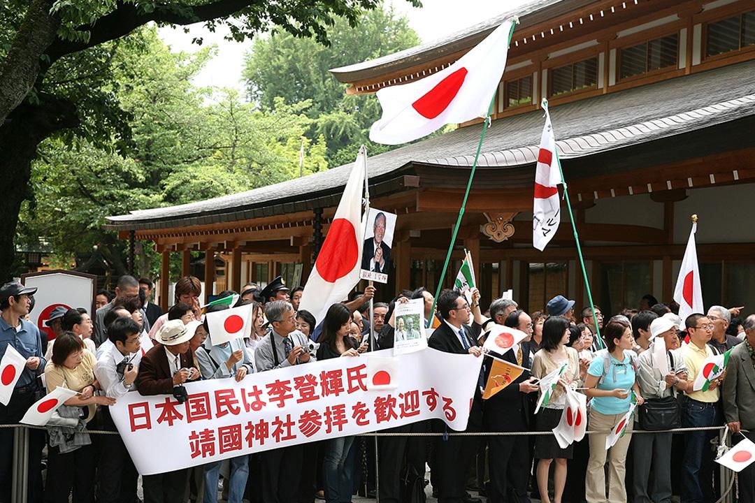 2007年6月7日日本東京,台灣前總統李登輝的支持者在靖國神社揮舞旗幟歡迎他。