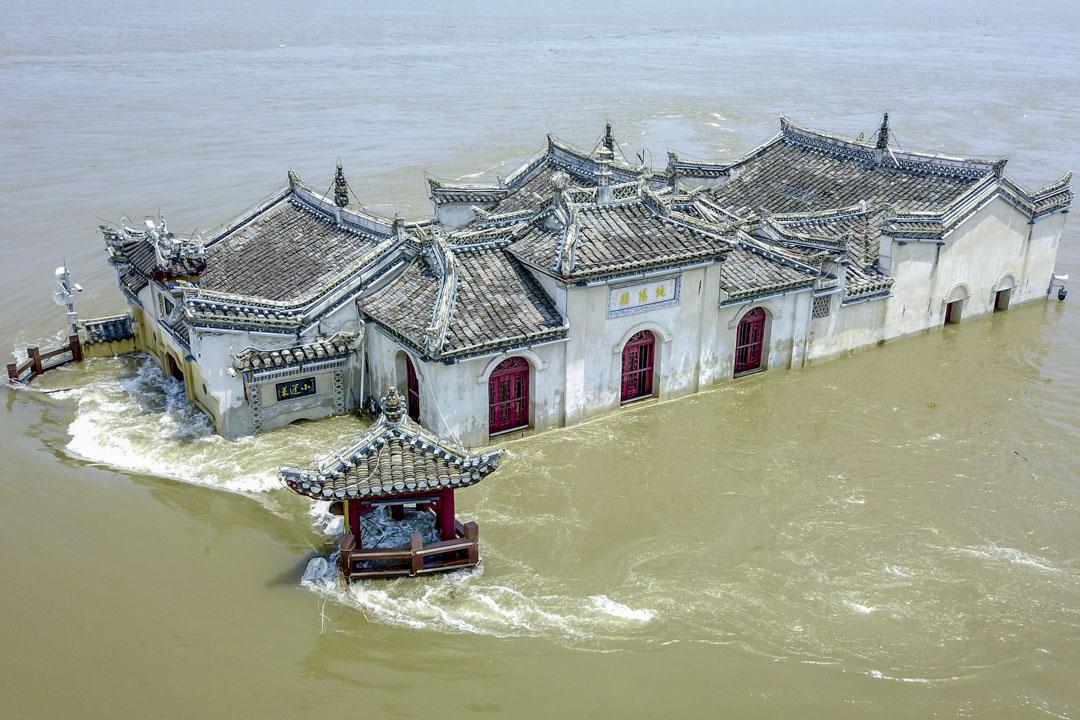 2020年7月17,湖北鄂州,長江的洪水包圍觀音廟。