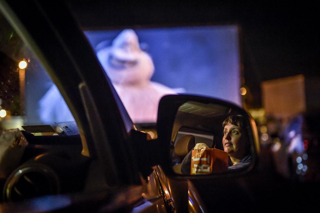 2020年6月14日,巴西一間露天汽車電影院,觀眾在車內吃爆米花。