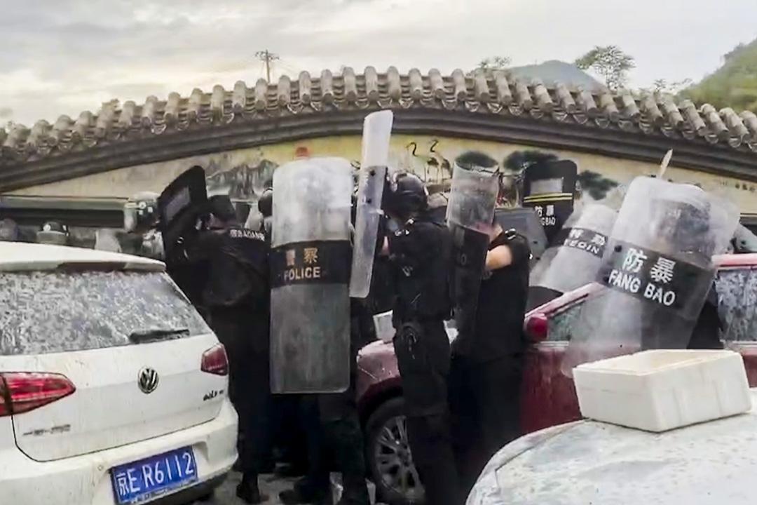 2020年6月29日,防暴警察在瓦窯村居民與村民發生衝突。