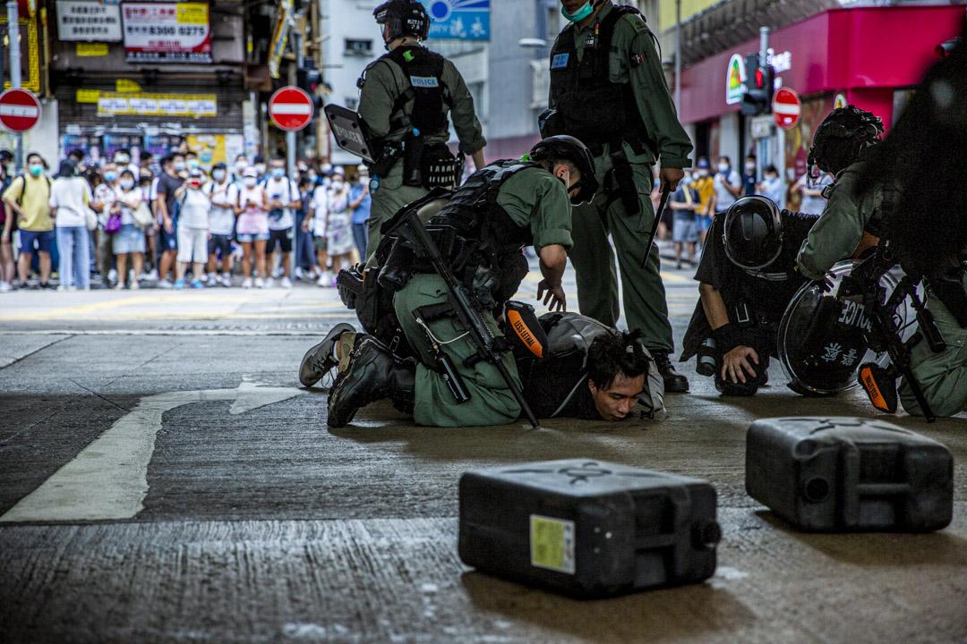 2020年7月1日,七一遊行首次被禁,國安法生效下,街頭上人們仍然自發遊行,期間警方拘捕一名男子。 攝:林振東/端傳媒