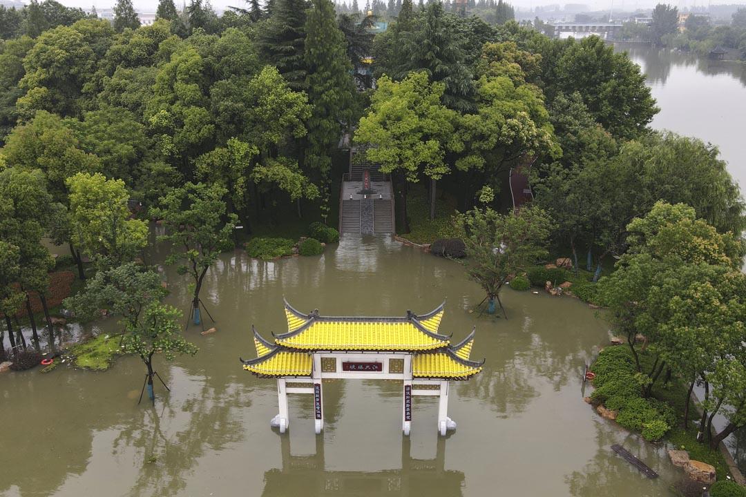 2020年7月19日,江蘇省揚州,公園被洪水淹沒。