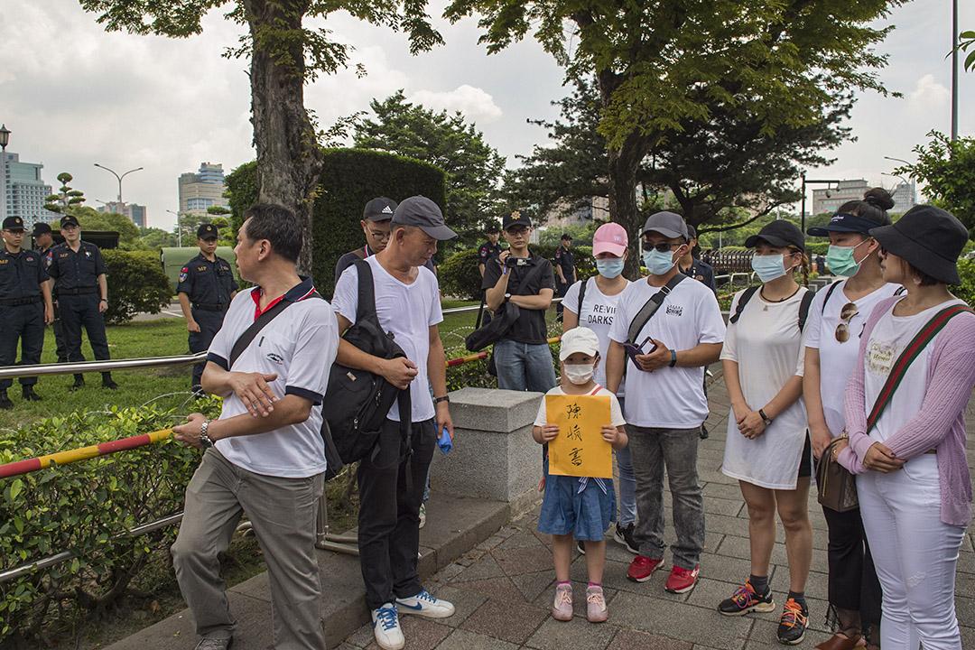 """2020年7月14日, """"小明""""父母們到台北總統府陳情抗議。"""