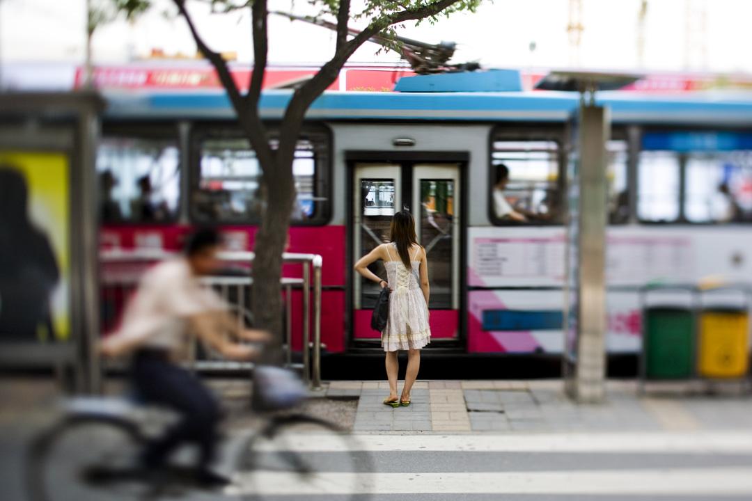 2006年6月30日,北京一名女士在街道上。