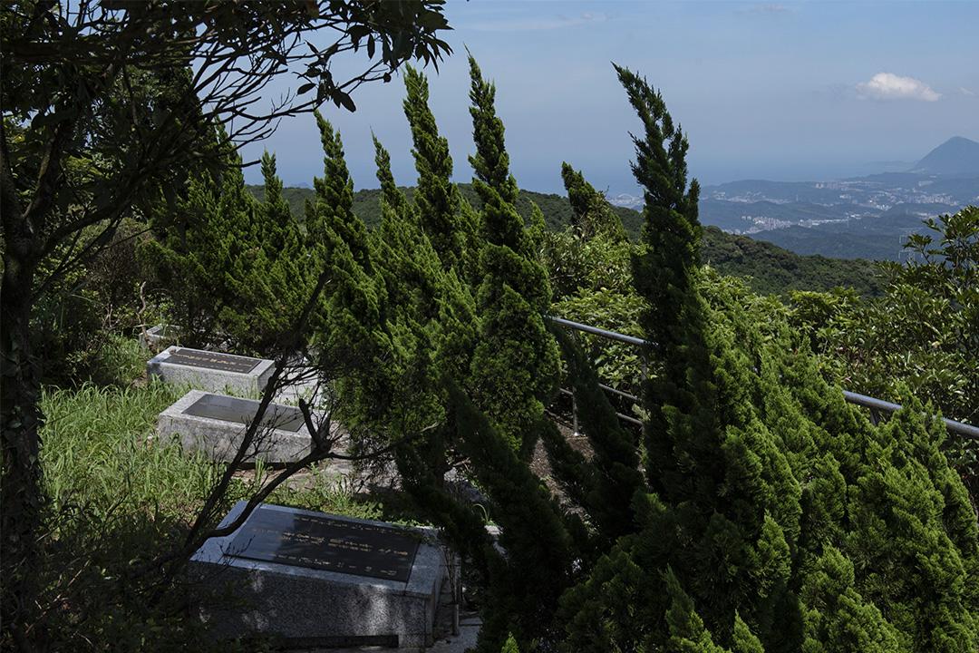 五指山軍人公墓,遠方可眺太平洋與基隆山。